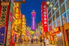 Paso de las muchedumbres a través del distrito de Shinsekai de Osaka Imagenes de archivo