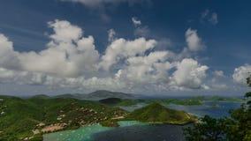 Paso de las nubes del mediodía del lapso de tiempo sobre Coral Bay metrajes