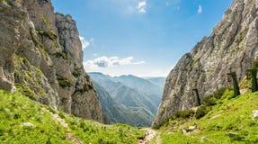 Paso de montaña con vistas a un valle Imagen de archivo libre de regalías