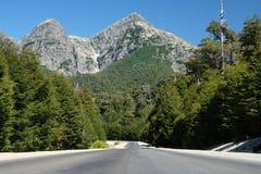 Paso de montaña a lo largo del camino en Patagonia fotografía de archivo