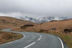 Paso de montaña sobre el parque nacional de Snowdonia Foto de archivo libre de regalías