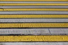 Paso de peatones amarillo y blanco, cebra foto de archivo libre de regalías