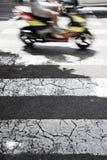 Paso de peatones blanco y negro con una vespa en fondo Fotografía de archivo libre de regalías