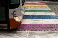 Paso de peatones colorido con el autobús que lo cruza en Bruselas, Bélgica fotografía de archivo libre de regalías