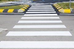 Paso de peatones con la marca de camino Fotografía de archivo