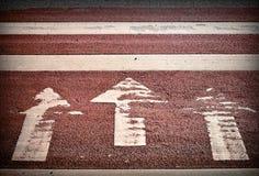 Paso de peatones con tres flechas fotografía de archivo