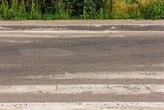 Paso de peatones defectuoso, con usadas las rayas imagenes de archivo