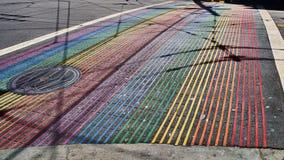 Paso de peatones del arco iris en la calle del ` s Castro de San Francisco, California foto de archivo
