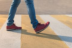 Paso de peatones del paso de peatones por las reglas de código del tráfico foto de archivo libre de regalías
