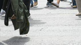 Paso de peatones el d3ia de la calle almacen de metraje de vídeo