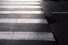 Paso de peatones en el primer de la calle de la ciudad Visión horizontal Fotografía de archivo
