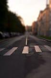 Paso de peatones en el primer vacío de la calle de la ciudad Visión vertical Shif inclinable Imagenes de archivo