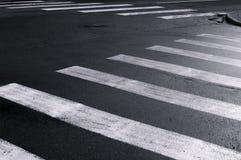 Paso de peatones en la opinión blanco y negro del primer de la calle de la ciudad Fotos de archivo libres de regalías