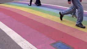 Paso de peatones 4K, UHD del arco iris del orgullo de Vancouver almacen de metraje de vídeo