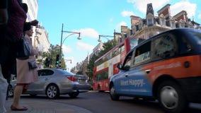 Paso de peatones, tráfico, taxis y autobuses rojos de Londres del autobús de dos pisos en la calle de Oxford, Londres, Inglaterra metrajes