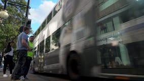 Paso de peatones, tr?fico, taxis y autobuses rojos de Londres del autob?s de dos pisos en la calle de Oxford, Londres, Inglaterra almacen de metraje de vídeo