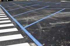 Paso de peatones y aparcamiento con la marca de camino Imagen de archivo libre de regalías