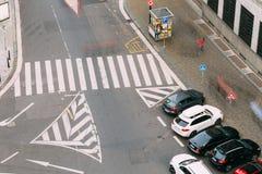 Paso de peatones y coches parqueados en la calle de Hybernska en P Fotografía de archivo libre de regalías