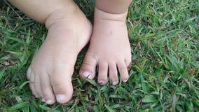 Paso de pequeño bebé Fotos de archivo