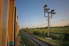 Paso de señales de semáforo tradicionales en el Rangún al durmiente birmano de los ferrocarriles de Mandalay Fotos de archivo libres de regalías