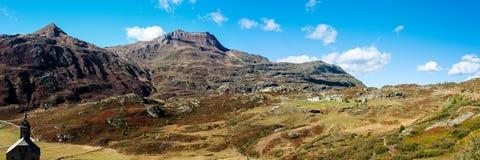 Paso de Simplon, paisaje alpino de un paso de montaña con la iglesia Imagen de archivo libre de regalías