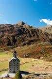 Paso de Simplon, paisaje alpino de un paso de montaña con la iglesia Fotografía de archivo