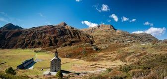 Paso de Simplon, paisaje alpino de un paso de montaña con la iglesia Imagen de archivo