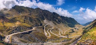 Paso de Transfagarasan en verano Montañas cárpatas que cruzan adentro Fotografía de archivo