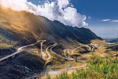 Paso de Transfagarasan en verano Montañas cárpatas que cruzan adentro Fotos de archivo