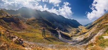 Paso de Transfagarasan en verano Montañas cárpatas que cruzan adentro Fotografía de archivo libre de regalías