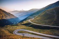 Paso de Transfagarasan en verano Montañas cárpatas que cruzan adentro Foto de archivo