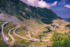 Paso de Transfagarasan en verano Montañas cárpatas que cruzan adentro Fotos de archivo libres de regalías