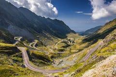 Paso de Transfagarasan en verano Montañas cárpatas que cruzan adentro Imagen de archivo