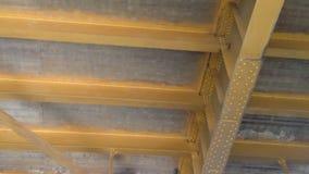 Paso debajo del puente de la torre de Sacramento del barco en el río metrajes