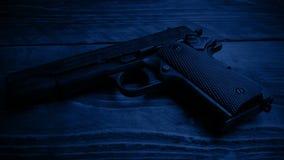 Paso del arma de la mano en la oscuridad almacen de video
