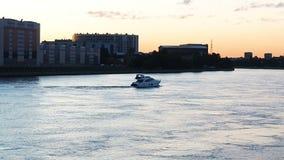 Paso del barco en el río almacen de metraje de vídeo
