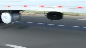Paso del camión en la opinión de la carretera de neumáticos y del camino almacen de video