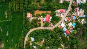 Paso del camino de la curva de la visión aérea en campo del pueblo Fotografía de archivo libre de regalías