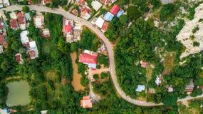 Paso del camino de la curva de la visión aérea en campo del pueblo Fotos de archivo libres de regalías