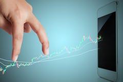Paso del hombre de negocios del finger en gráficos del mercado de acción Fotografía de archivo