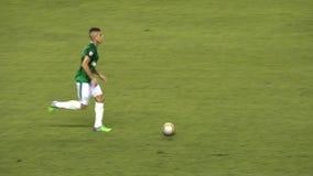 Paso del jugador de fútbol almacen de metraje de vídeo