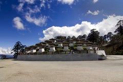 Paso del La de Dochu, Bhután con 108 Chorten fotos de archivo libres de regalías