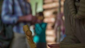 Paso del niño el instrumento de madera a la mujer