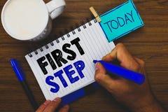 Paso del texto de la escritura de la palabra primer Concepto del negocio para referente al comienzo de un cierto proceso u hombre imagenes de archivo