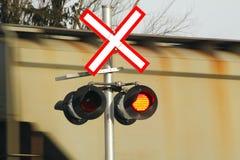 Paso del tren y cruzar el indicador Imagenes de archivo