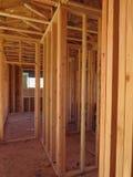 Paso dentro de una casa de madera bajo construcción Imagenes de archivo