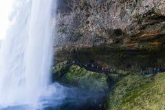 Paso detrás de una cascada en las montañas Fotos de archivo libres de regalías