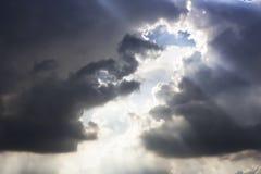 Paso dramático de la luz del sol completo las nubes de tormenta fotos de archivo libres de regalías