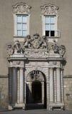 Paso elegante con el escudo de armas y las ventanas en el Domquartier, Salzburg, Austria Fotografía de archivo libre de regalías