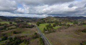 Paso elevado aéreo del abejón del parque de estado de la cala de Malibu en los fps 4k 24 metrajes